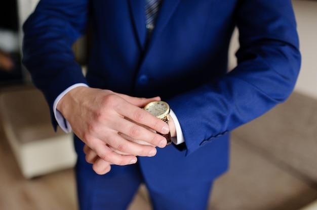 Um homem olha para o relógio Foto Premium