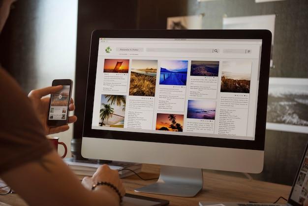 Um homem olhando fotos em seu scomputer Foto Premium