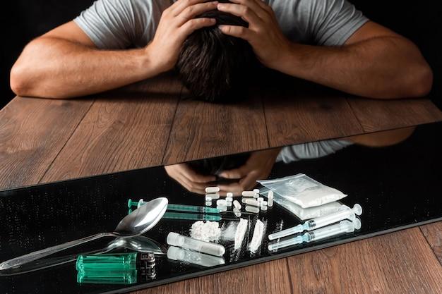 Um homem procura drogas. a luta contra a toxicodependência. Foto Premium
