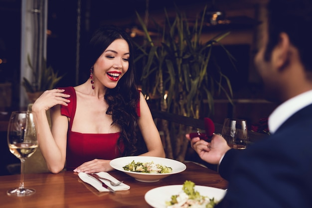 Um homem se propõe a uma mulher e lhe dá um anel. Foto Premium
