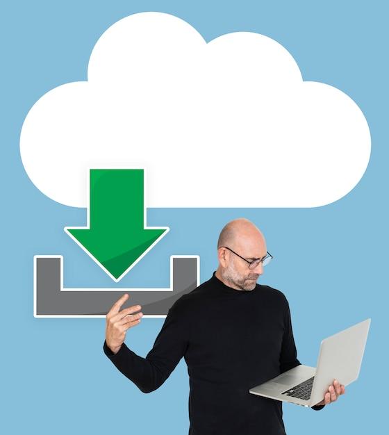 Um, homem, segurando, laptop, e, um, nuvem, computador, ícone Foto Premium