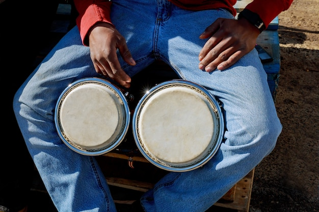 Um, homem, tocando, africano, tambor, djembe Foto Premium