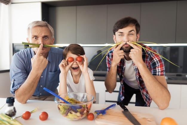 Um homem velho, um homem e um menino, fazem caretas. Foto Premium