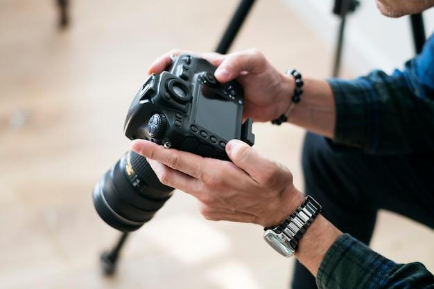Um, homem, verificar, registro câmera Foto Premium