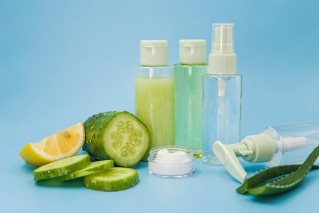 Um ingredientes orgânicos spas para cuidados com a pele em fundo azul Foto gratuita