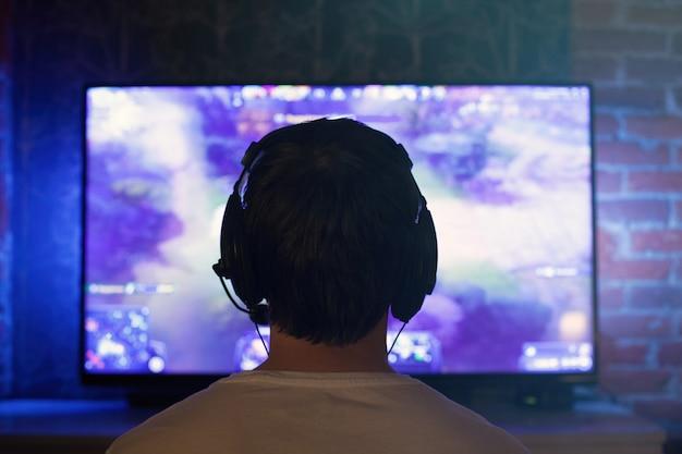 Um jogador ou streamer joga jogos de vídeo online. Foto Premium