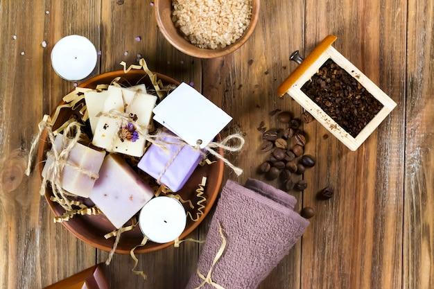 Um, jogo, de, natural, sal mar, sabonetes café, ligado, um, madeira, marrom, tabela, decorado, com, feijões café Foto Premium
