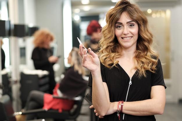 Um, jovem, atraente, mulher, em, dela, salão beleza, com, clientes, atrás de, dela Foto Premium