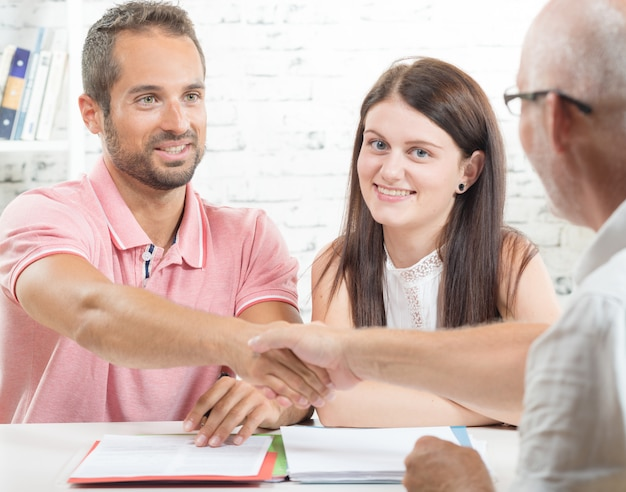 Um jovem casal assina contrato Foto Premium