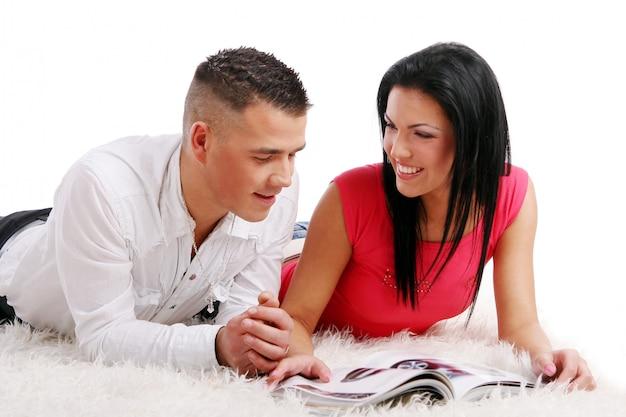 Um jovem casal atraente e feliz Foto gratuita