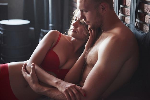 Um jovem casal gosta de dormir, deitar-se na cama durante o dia. Foto gratuita