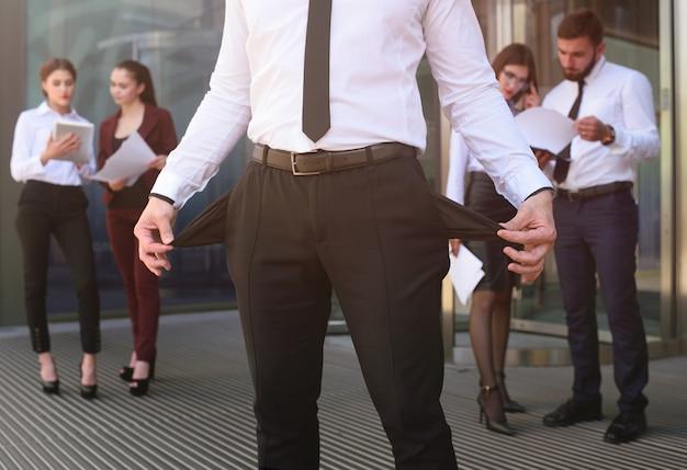 Um jovem com os bolsos contra o escritório Foto Premium