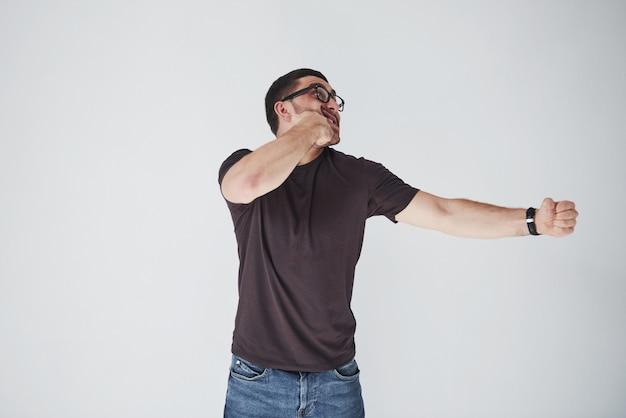 Um jovem de roupas casuais bateu com o punho na cara. Foto gratuita
