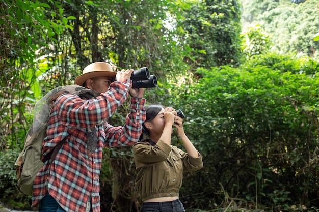 Um jovem e uma jovem mulher sobe um telescópio Foto gratuita