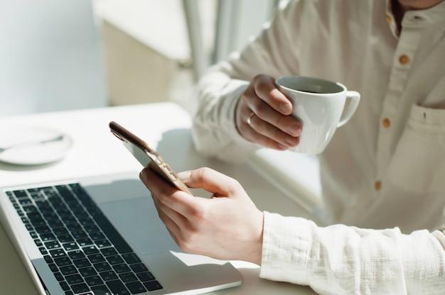 Um jovem millennial masculino trabalha remotamente em um laptop. Foto Premium