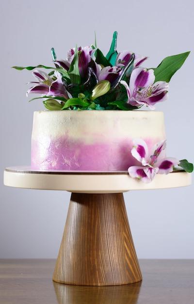 Um lindo bolo de férias decorado com flores frescas. Foto Premium