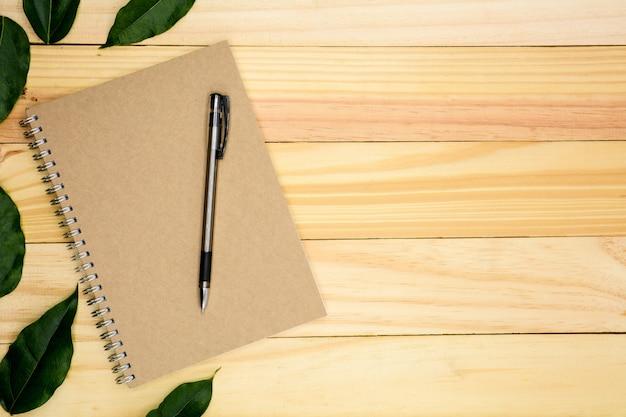 Um, livro, com, verde sai, ligado, tabela madeira Foto Premium