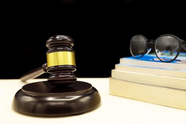 Um livro de direito com um martelo - lei de violência doméstica Foto gratuita
