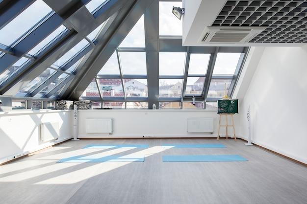Um lugar para treinamento esportivo em yoga e fitness Foto Premium