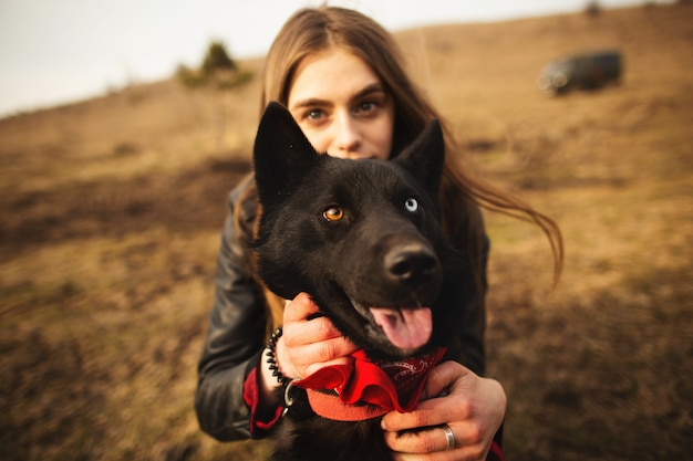 Um maravilhoso retrato de uma menina e seu cachorro com olhos coloridos. Foto Premium