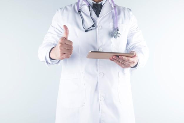 Um médico analisa o relatório de um paciente Foto Premium