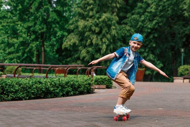 Um menino de cidade pequena e skate. um rapaz está andando de skate parka Foto Premium