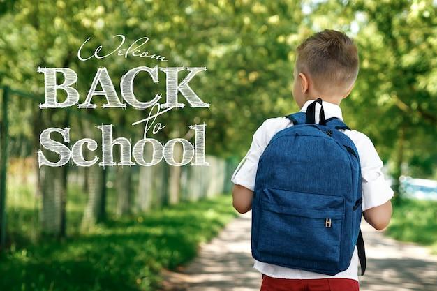 Um, menino, de, um, escola primária, com, um, mochila, rua Foto Premium