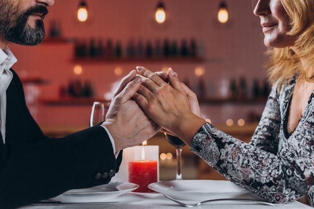 Um, middle-aged, homem mulher, é, jantando, em, um, restaurante Foto Premium