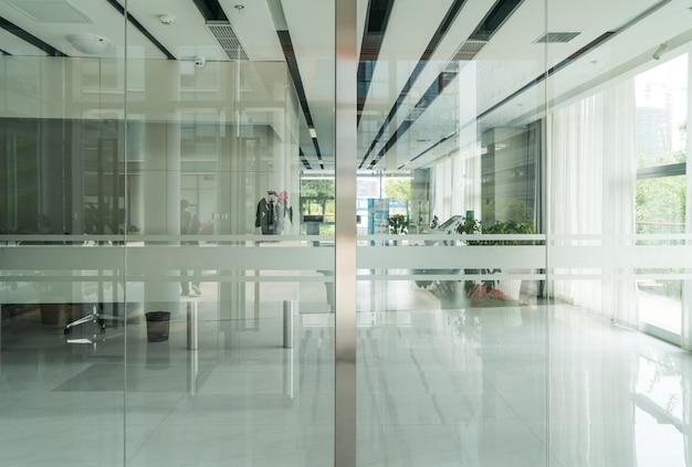 Um moderno edifício de escritórios com portas de vidro e janelas Foto Premium