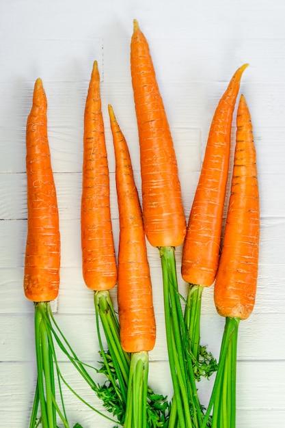 Um monte de cenouras em branco Foto Premium