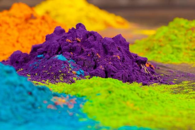 Um monte de cores colocadas na parede de madeira fechar Foto Premium