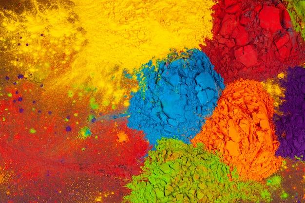Um monte de cores colocadas no fundo de madeira fechar Foto Premium