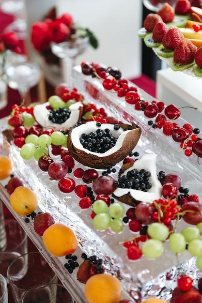 Um monte de frutas doces saborosas e bonitas na mesa festiva Foto gratuita