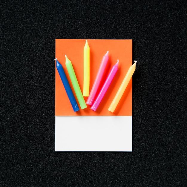Um monte de velas coloridas de festa Foto gratuita
