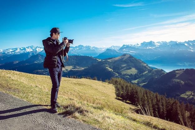 Um mountain view da fotografia do homem, conceito do curso. Foto Premium