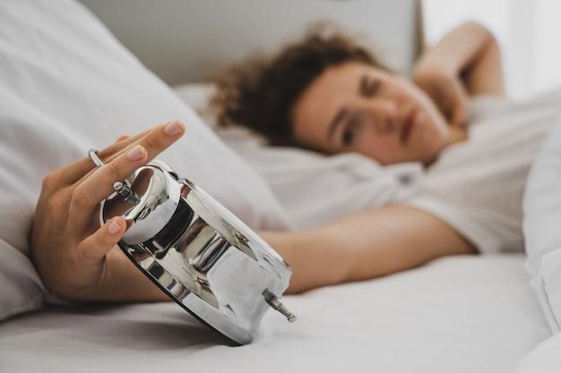 Um, mulher, cama, em, manhã Foto Premium
