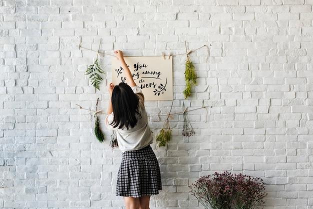 Um, mulher, decorando, parede, com, flores Foto gratuita