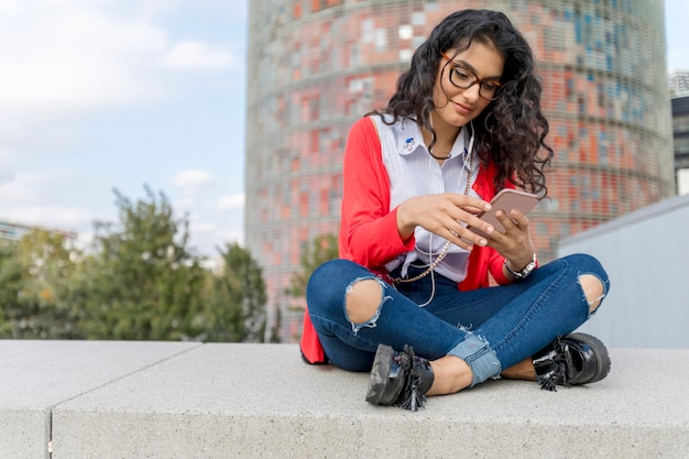 Um, mulher jovem, escutar música, ligado, tablete digital, sentando Foto Premium