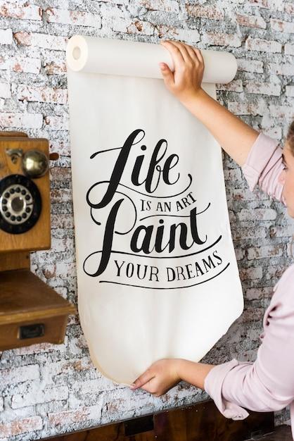 Um, mulher segura, um, cartaz, com, citação motivação Foto Premium