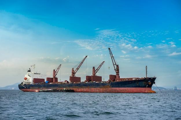 Um navio de carga ou cargueiro no mar na tailândia Foto Premium