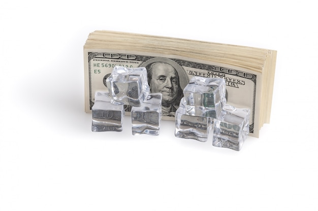 Um pacote de bilhões de dólares em cubos de gelo. o conceito de congelamento de ativos. Foto Premium