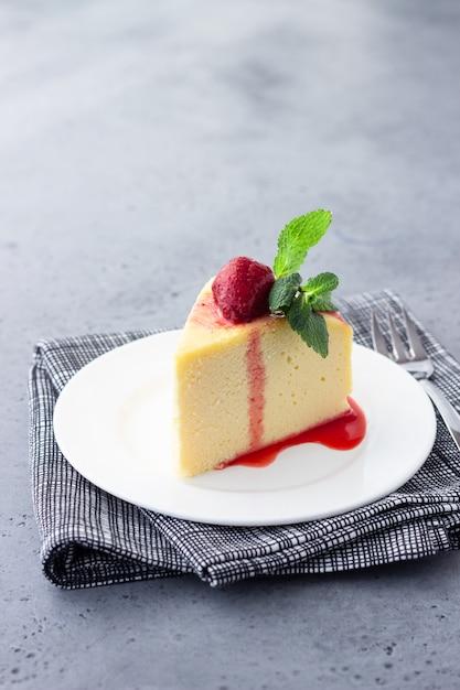 Um pedaço de cheesecake de algodão japonês com menta e morango. Foto Premium