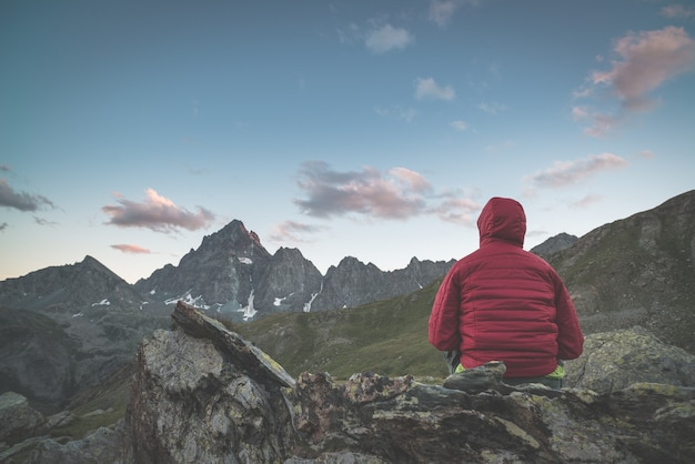 Um, pessoa, olhar, a, majestoso, vista, montanha, picos, em, pôr do sol, alto, cima, ligado, alpes Foto Premium