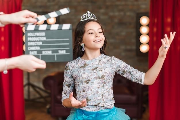 Um, pessoa, segurando, clapper, diretor, frente, menina, atuando, em, estúdio Foto gratuita