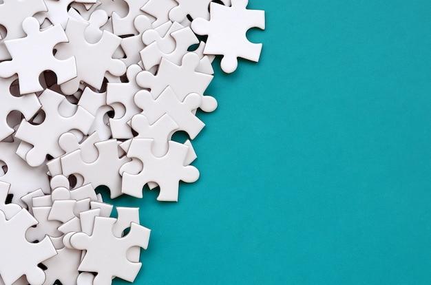 Um, pilha, de, uncombed, elementos, de, um, branca, quebra-cabeça Foto Premium