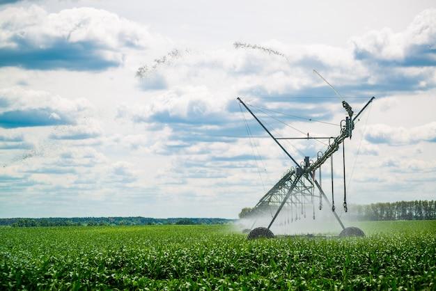 Um pivô de irrigação que molha um campo Foto Premium