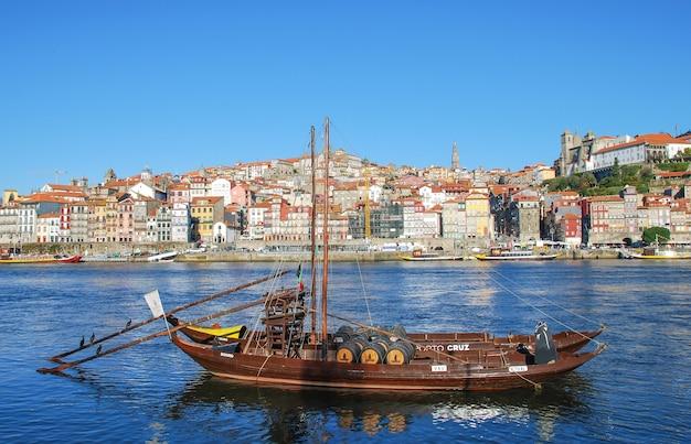 Um popular centro histórico turístico do rio douro porto Foto Premium