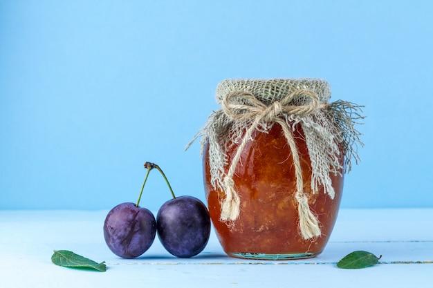 Um pote de geléia caseira de ameixa e duas ameixas, Foto Premium
