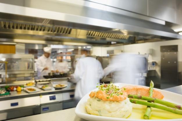 Um prato com espargos de salmão e purê de batata Foto Premium