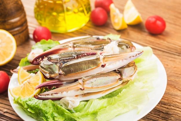 Um prato de garras de caranguejo frescas Foto Premium
